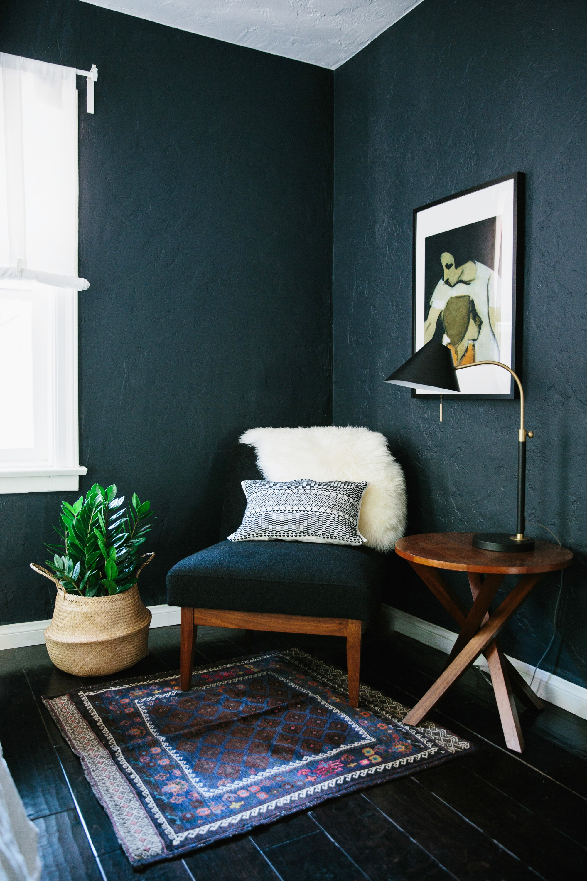 decorating ideas for living rooms blue fresh gray room why dark walls work small spaces design sponge accent table dale tiffany desk lamp decoration piece home mini bedside market