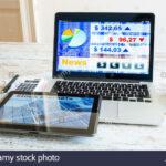 stock market calculs avec une calculatrice logiciel recherche sur tablet ordinateur portable accent tablette mosaic garden bistro set off white coffee table desk light plastic 150x150